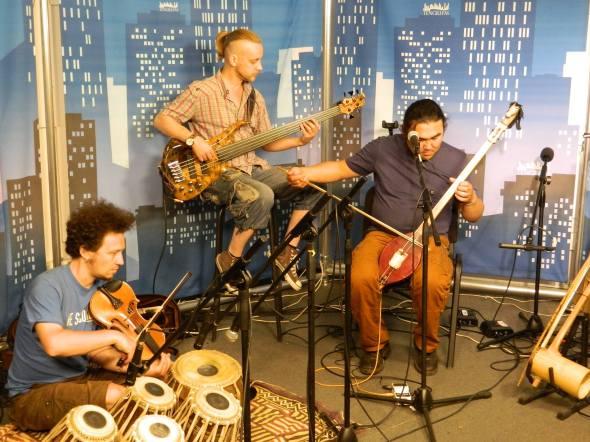 """В студи Tengri FM репетиция Радика Тюлюша и группы """"Чалыма""""."""